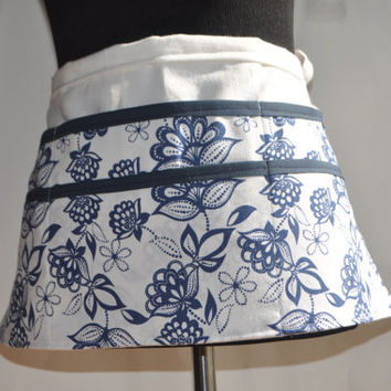 ON SALE Teacher Apron, Floral Apron, Women's Vendor Apron, White and Navy Blue Teacher apron, carpenter apron, Preschool teacher apron, Mode