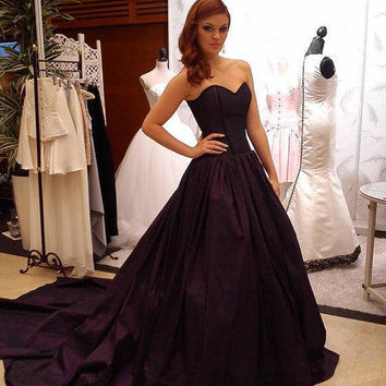 6089aeedd6 Dark princess wedding dress - Gothic wedding - Purple taffeta an