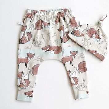 Organic baby harem pants and knot hat set with foxes. Soft jersey knit with fox pattern. Knotted hat and leggings
