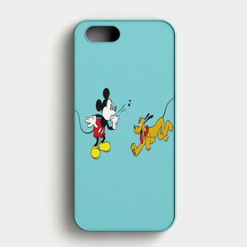 Mickey Mouse And Minnie Mouse In The Park iPhone SE Case