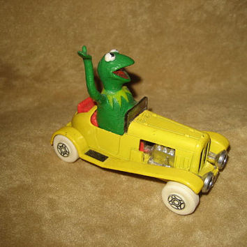 Kermit the Frog Corgi Metal Car & Miss Piggy Brooch