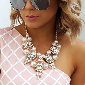 Classy Touch Necklace: Pearl/Gold