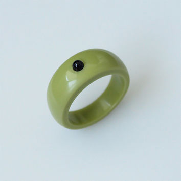 Hand carved green corian ring inlaid with black onyx - Size 8