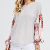 the way you move - waffle knit top with contrasting sleeves - grey
