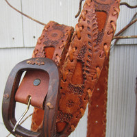 70s Hand Tooled Mexican Leather Belt w/ Wooden Buckle by Leegin, 74-88 cm / 28-34 in // Floral Boho Hippi Belt