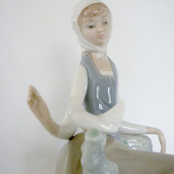 Lladro Shepherdress Girl With Dove #4660 Retired, Lladro Collectible, Handmade in Spain