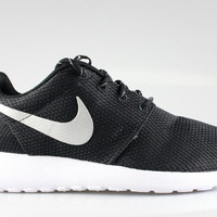 Nike Women's Roshe Run Black Metallic Platinum