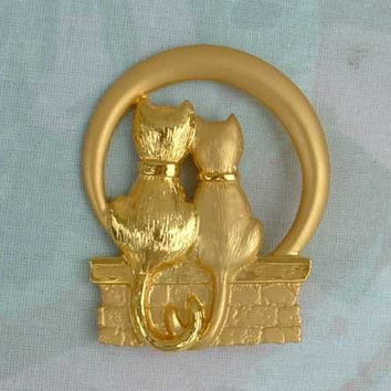 JJ Matt Goldtone Brooch Two Cats on Wishing Well or Basket Jewelry