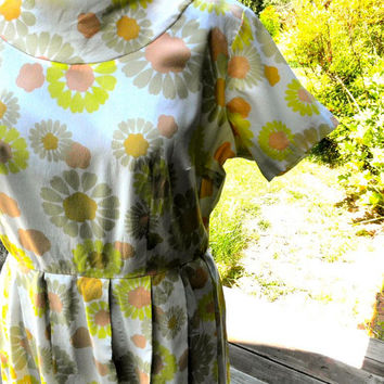 1960s Floral Dress // Feminine Yellow Peach and White // Short Sleeves // Sassy Collar // Urban Chic // Flower Power Mod