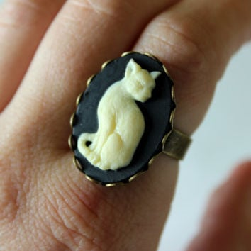 Black and Ivory Cat Cameo Ring in Bronze, Cat Cameo Ring, Small Cat Ring, Animal Jewelry, Bronze Cat Ring, Witch Jewelry