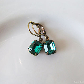 Emerald Green Rhinestone Earrings - Elegant Vintage Glass Jewel Dangle Earrings - Antique Brass - Lever back ear wires