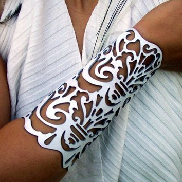 "Cuff ""Victorian"" in white leather 6-1/2"" wrist bridal"
