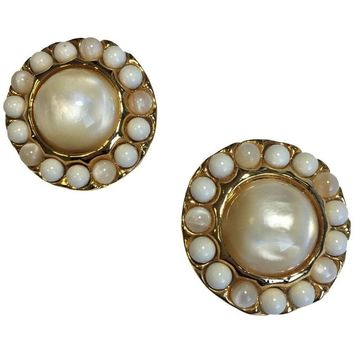 CHANEL Vintage Clip-on Earrings in Gilded Metal set with Pearls