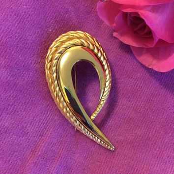 Gold Swirl Brooch Vintage Classic Style Ribbed and Glossy Abstract Leaf or Modernist Curl Pin Elegant Scarf Hat Coat Accent Jewelry