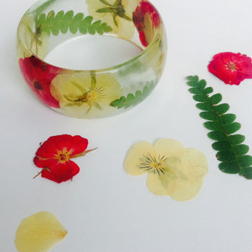 Real Yellow Pansies and Red Roses Flowers Fern Bangle Bracelet Preserved in Eco Resin. Boho Summer Beautiful Botanical Jewelry Terrarium