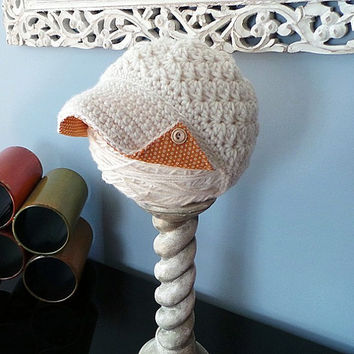 cream ladies newsboy hat with rust polka dot fabric brim lining, side button brim and wood buttons