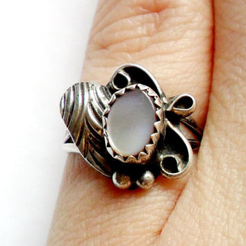 Vintage Southwestern Mother of Pearl Ring - Silver - Boho Style - Bohemian - Festival - Unmarked - Leaf Leaves - Petite - Small - Size 5