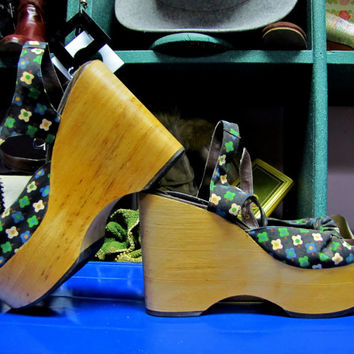 DEADSTOCK 1970's, Wooden PLATFORM Shoes, Ladies HIPPIE Style with Flowers, size 6