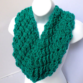 Teal Woolen Shell Pattern Crocheted Cowl