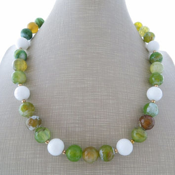 Green agate necklace, white stone earrings, gemstone choker, gemstone jewelry, beaded necklace, summer jewellery, gioielli, bijoux