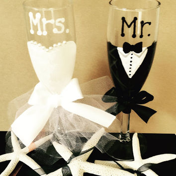 Wedding champagne flutes, wedding toast flutes, wedding toast glasses, engagement glasses, wedding cruise, beach wedding glass, Mr. And Mrs.