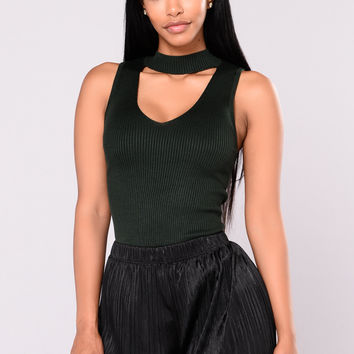 Ella Sleeveless Choker Neck Sweater Top - Hunter Green