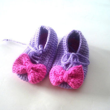 baby shoes, Baby Booties, white pinkish orange  flowered  baby sandals 6 to 12 months, crochet baby shoes, baby socks, knitted slippers