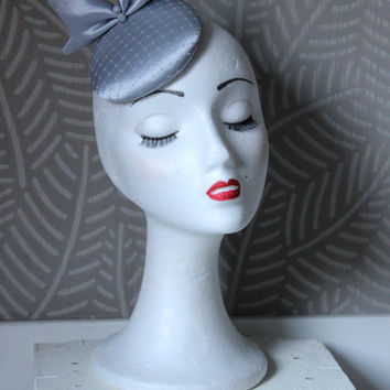 Gray hat with bow, Satin gray fascinator hat, wedding fascinator hat, mini hat with bow and veil, round hat in grey,grey mini hat, grey veil