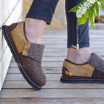 Woman wool shoes- felt wool shoes- felted clogs shoes- natural eco friendly shoes- wool wedges- warm felt mules clogs