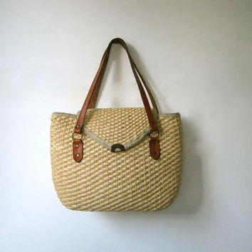 70s woven raffia shoulder purse. basket weave purse.