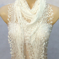 New fashion lace scarf, lace white triangle lace scarf, shawl, lightweight and comfortable in spring and autumn, the female attachment