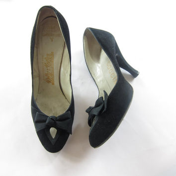 Vintage 1950s Black High Heel Pumps by Coccini / 50s High Heeled Party Shoes with Bow and Keyhole / 7