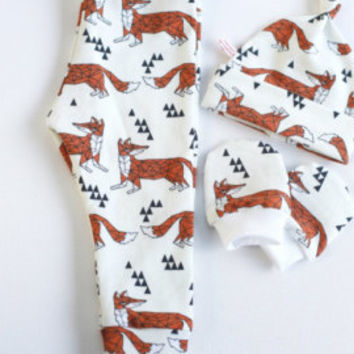 Baby Gender Neutral Organic Take Home Outfit Foxes Pants Set. New Baby Shower Gift Boy Or Girl. Pants, mitts, knot hat. Geometric foxes