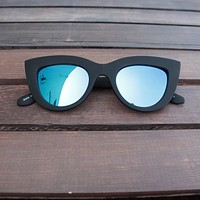 quay - kitti cat-eye sunglasses black with blue mirror lens