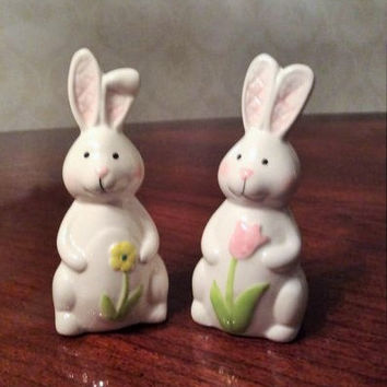 Easter Bunny  Salt and Pepper Shakers, Easter Set, Bunny Rabbits with Tulips, Spring Decor, Springtime Flowers