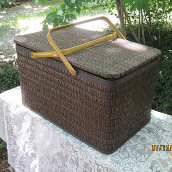 Very Large Vintage Wicker Picnic Basket with Casserole/Pie Separator Rack: Wedding Decor,Wedding Favors Box, Storage Basket, Party Decor