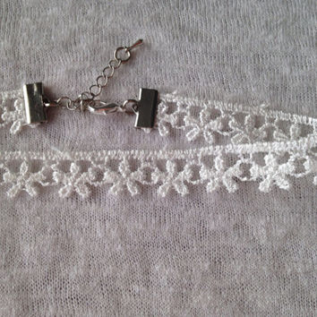 Adjustable White Lace Flower Ribbon Choker Necklace / Floral Hippie Daisy Lacey Boho 90s / Dainty Flower Choker