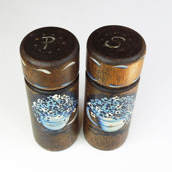 Vintage rustic farmhouse style salt and pepper shakers - Hand-painted salt and pepper shaker set - Floral brown and blue country decor