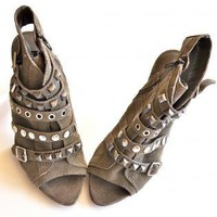 NEW Steven Madden BOUTIQUE Studs Sexy & Chic Heels 8 GRAY