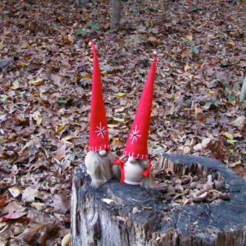 Swedish Tomte Mor and Far with Embroidered Red Star Hat, Gnome Couple / Scandinavian Christmas Tomte. Handmade by studioLISE.