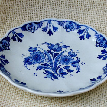 Delft Blue & White round plate with beautiful floral design - collectors plate