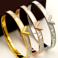 The south Korean wind V letter shell buckles bracelet female 100 titanium steel mother-of-pearl bracelet accessories are not lost color.