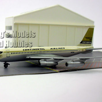 Boeing 720B Continental Airfield with Hangar 1/400 Diecast Metal by Dragon Wings