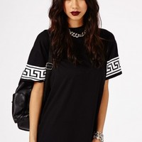 Missguided - Kikita Greek Key Print Oversized T-Shirt Dress In Black