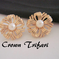 Classic Vintage Crown Trifari Ribbon Gold Tone Pearl Earrings / Designer Signed / 1960s 1970s / Wedding Bridal / Clip / Jewelry / Jewellery
