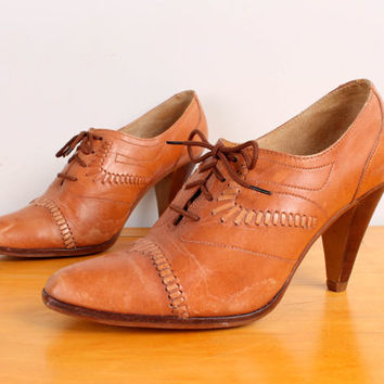 1970s High Heel Oxfords / Tan Woven Leather Oxford Pumps - Womens 8.5 - Lace Up Pointy Toes Honey Brown Cap Toes Shoes High Heels