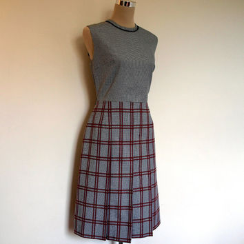 Pleated 1960's dress / Vintage 60's sleeveless dress. Light wool dress. Grey Dogtooth check with pink and brown checks. Mad Men style.