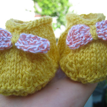 Knitted baby yellow slippers- knitted yellow baby booties, slippers with bow- knitted yellow slippers