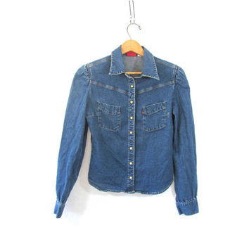 denim Levi's jean shirt. pearl snap button down shirt. small fit shirt. women's size M