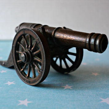 Miniature Pirate Cannon Spanish Bucanero Gun Replica with Rolling Wheels Vintage Mini Cannon Buccaneer Model Man Cave Decor Gift for Him